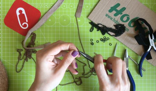 Video: Deri ve zincir kolye nasıl yapılır?