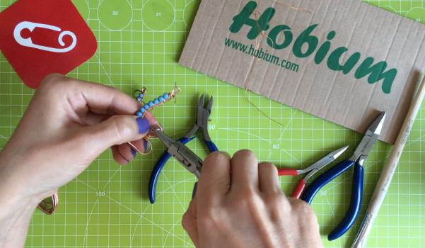 Video: Tel kıvırma boncuklu küpe nasıl yapılır?