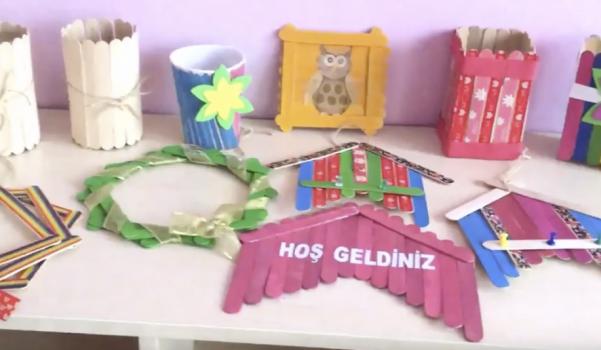 Abeslang çubukları ile okul öncesi etkinliği Anneler Günü hediyesi