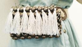 Boncuklardan püsküllü bel çantası yapımı