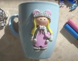 Video: Polimer kilden Tilda bebekli kupa süslemesi
